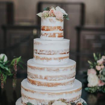 Os naked cakes continuam a ser uma opção de bolos de casamento muito procurada pelos noivos | Créditos: Jenny Smith Co.