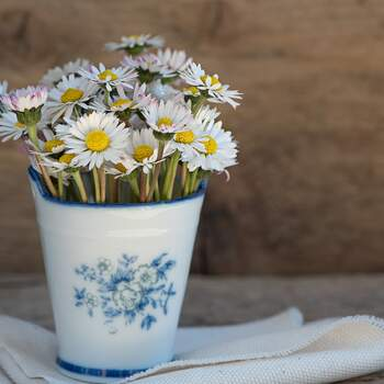 Centro de mesa de boda con floreros retro