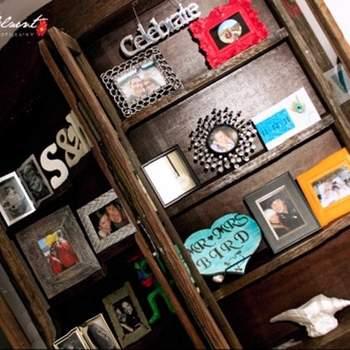 Biblioteca con fotografías de momentos inolvidables de la pareja.