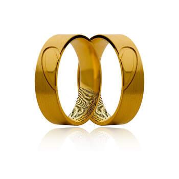 Lugar da Jóia - alianças em ouro amarelo largas com meio coração. Preços entre os 400€ e os 1.000€