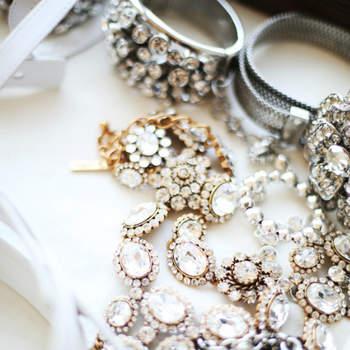 """Détail des bijoux portés lors du défilé : prendre quelque chose de """"vieux"""" et le mettre dans sa coiffure façon pièce de joaillerie"""