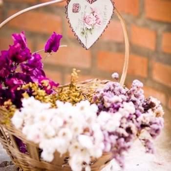 Canasta con flores silvestres o flores secas para centros de mesa.