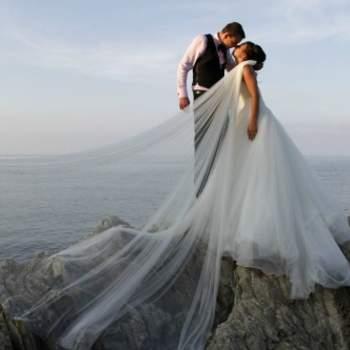 Le mot du photographe : Cette photo a été prise au mois de juillet dernier dans le golfe de Saint-Tropez lors du mariage d'Emilie et Sébastien. La mariée avait une robe avec un voile incroyable et j'ai voulu le faire ressortir dans les dernières lueurs du soir... J'avais pris soin au préalable de bien étaler la robe de la mariée sur la roche pour la rendre plus imposante encore ! Le fait de les avoir fait poser au sommet du rocher a pour moi une symbolique forte par rapport à la journée qui venait de se dérouler !!  A propos du photographe : Concernant mon travail, je suis photographe de mariage depuis 5 ans et c'est avec beaucoup de passion que j'exerce ce métier. Mon plaisir, hormis le fait de faire de belles images, est de satisfaire mes clients en leur proposant une vision d'auteur sur leur mariage. J'essaie de conserver des couleurs douces, de privilégier les instantanés et essaye de sortir des sentiers battus en évitant d'être influencé par le travail des autres (même s'il peut être parfois source d'inspiration). A ce jour, je remplis mon calendrier pour 2013 avec plus d'une dizaine de mariages signés et tente ma change à l'international avec de potentiels mariages en Italie et en Israël.  Si cette photo est selon vous, LA PLUS BELLE PHOTO DE MARIAGE, laissez un commentaire ci-dessous en indiquant le n°4