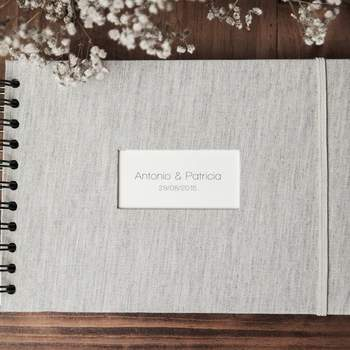 Libro de firmas para boda en lino gris. Credits: Imaginaran
