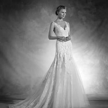 Quando o corpo e o vestido são um todo. Assim descreveríamos este vestido de noiva de corte em A realizado em chantilly, guipura e tule, de corte baixo e um sensual decote em bico. As costas jogam com um efeito tatuagem que lhe conferem sensualidade e elegância conseguindo a máxima sofisticação.