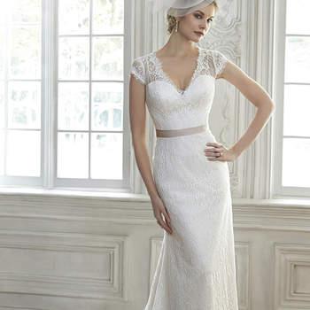 """Este impresionante vestido redefine el romance con la envoltura del cordón, con encajes en la espalda estilo ilusión y mangas capa. Tiene la opción de utilizar la cinta en la cintura. Tiene el cierre con un botón de perla sobre cierre de cremallera.  <a href=""""http://www.maggiesottero.com/dress.aspx?style=5MR102"""" target=""""_blank"""">Maggie Sottero Spring 2015</a>"""