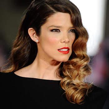 Juanita Acosta resalta la mirada con delineador, labios en color intenso.