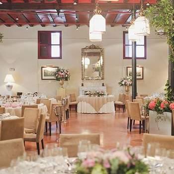 Además, también os permite celebrar una boda en el exterior en alguno de sus dos jardines. En el frontal con más de 15.000 m² de bellos jardines de estilo afrancesados y con capacidad para 3.000 personas. O en el interior. para 300.