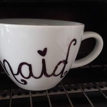 Una vez que ya tengas todo escrito en la taza, métela al horno a una temperatura de 170 grados centígrados. Déjala una hora dentro del horno y, una vez que estañe lista, apaga el horno y deja que se enfríe.