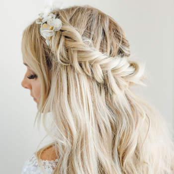 Penteado para noiva com cabelo semi preso com trança lateral   Foto: Mary Jessica Photo