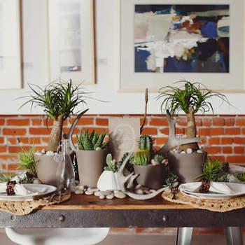 Une décoration verte et naturelle pour vos buffets et tables. Source : Green Wedding Shoes