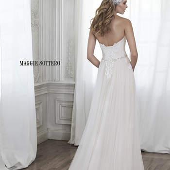 """Este vestido imponente con cubierta de tul y con apliques delicados de encaje delicadas en el corpiño y una delicada cintura llena de cristales de Swarovski. Acabado con escote corazón y utilizando un corsé de cierre.   <a href=""""http://www.maggiesottero.com/dress.aspx?style=5MW154"""" target=""""_blank"""">Maggie Sottero Spring 2015</a>"""