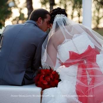 Precioso gesto de una pareja en una boda al aire libre. Foto: Jesús Caballero.