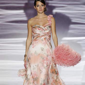 As flores estão decididamente na moda! Até os vestidos de noiva já se permitem a padrões floridos, disputando as atenções com o bouquet. Mas, para já, vejamos como os tecidos floridos e as aplicações de flores se propõem a embelezar as convidadas dos casamentos 2013.