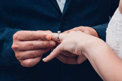 Un hombre recupera su anillo de boda entre los restos del huracán Harvey