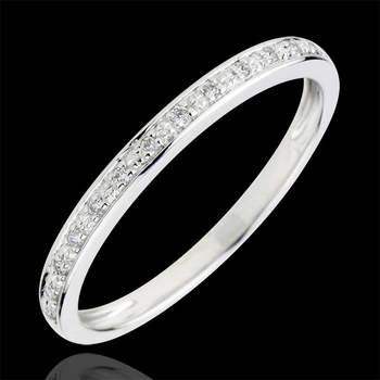 Si quieres una alianza que deje a todos boquiabiertos, lo mejor es que optes por esta alianza con 13 diamantes con engaste en grano, elegante y atemporal para acompañar un anillo de compromiso o llevarla sola. Foto: Edenly.  http://tinyurl.com/d9feklb