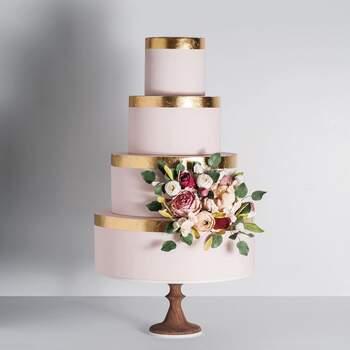 Foto: Cake Ink - Pastel de cuatro pisos con detalle dorado sobre tono rosa