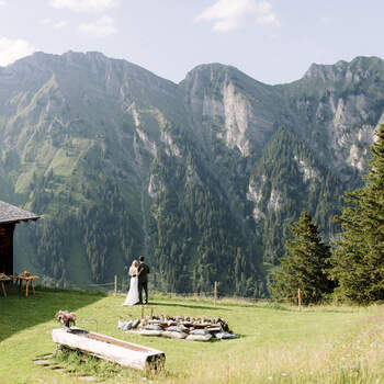 Alphütte mit Brautpaar und Picknick. Foto: Schweiz Tourismus Rent a Hotel