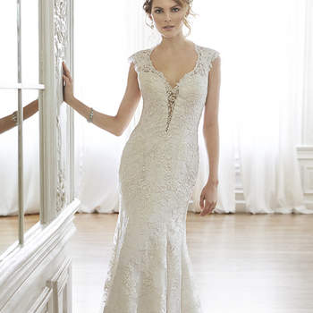 """La mezcla perfecta de romance sofisticado se encuentra en este vestido de novia de encaje, complementado con un escote ilusión, mangas de encaje, y en la parte delantera una pequeña línea transparente atrevida. Acabado con botón de cubierta sobre espalda con cremallera de cierre.   <a href=""""http://www.maggiesottero.com/dress.aspx?style=5MC036"""" target=""""_blank"""">Maggie Sottero Spring 2015</a>"""