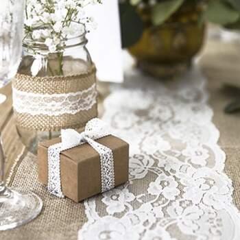 Chemin de table en jute et dentelle florale blanche - The Wedding Shop !