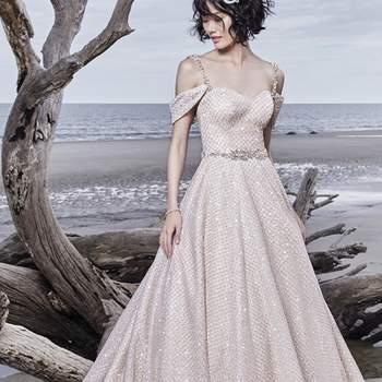 """<a href=""""https://www.maggiesottero.com/sottero-and-midgley/magdalyn/11551"""">Maggie Sottero</a> <br> Une robe de princesse modernisée de façon unique et fantaisiste, faite d'un de tulle quadrillé aposé sur un tulle à paillettes."""