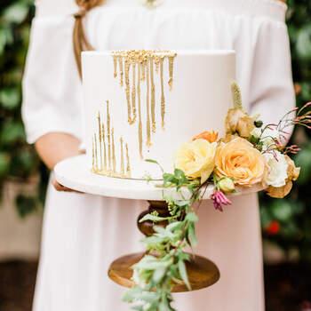 Foto: Lindsey Marie Photography - Pastel de bodas minimalista con flores y toques dorados