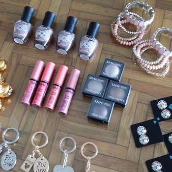 Dependiendo del número de damas que tengas, te recomendamos elegir regalitos que les puedan fascinar. Nosotros optamos por maquillaje, dulces y accesorios divertidos. (Elige un juego para cada una).