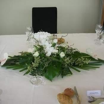 Centre de table en fleurs blanches. Source : mariage.net