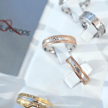Ouriversaria Fradizela - alianças em ouro amarelo, branco ou rosa, com zirconias cubicas ou diamantes. Preços desde os 100€ aos 700€ (Penafiel)