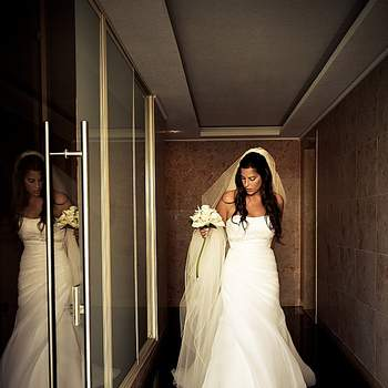 «As linhas geométricas, expressivas, colidem e contrastam com a doçura e espontaneidade do momento em que a noiva sai de casa. O reflexo, a luz, o movimento tornam esta foto numa imagem dinâmica e intemporal.»  www.lugaresemomentos.com