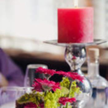 Setzen Sie verschiedene Rot-Töne zusammen für die Tischdeko. Foto: 2Rings Trouwfotografie (Holland)