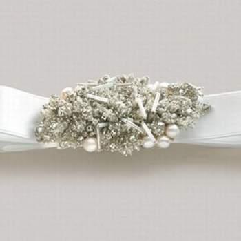 Se o vestido da noiva é importante, os acessórios são igualmente especiais e complementam o look mais importante do dia. Veja estas inspirações de colares e faixas de Desla Couture.