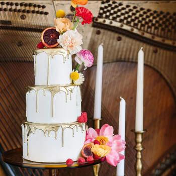 Foto: Mary CosA Photography - Pastel de bodas con frutas y flroes