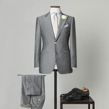 Hellgrauer 2-teiliger Hochzeitsanzug mit 2 Knöpfen aus einer Mischung von Wolle und Mohair mit spitzem Revers.