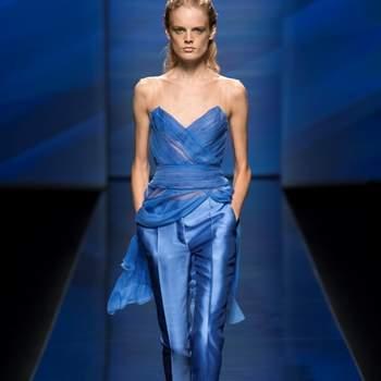 Top in chiffon senza spalline con scollatura a V e pantalone in shantung di seta blu elettrico