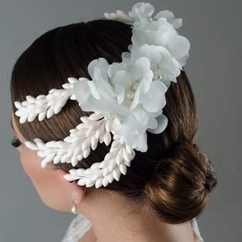 Tocado en azares, perlas y flores blancas en seda. Si tu look es mas tradicional y piensas usar velo este tocado es el complemento perfecto. Gracias a su forma se puede colocar de varias maneras y amoldar al peinado.