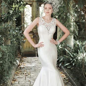 """Decote ilusão em V e o formado super sensual sereia ajustado ao corpo são as estrelas desse modelo. Cristal de Swarovski e pérolas acentua o visual. Acabado com botões de cristal sobre feche com zíper.  <a href=""""http://www.maggiesottero.com/dress.aspx?style=5MR708"""" target=""""_blank"""">Maggie Sottero</a>"""
