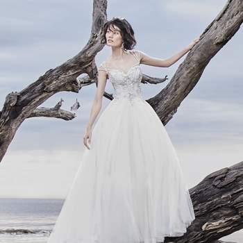 """<a href=""""https://www.maggiesottero.com/sottero-and-midgley/dusty/11530"""">Maggie Sottero</a> <br> Cette robe de mariée romantique est compossé d'un corsage brodé orné de perles et des cristaux de Swarovski, prolongé par une jupe en tulle."""
