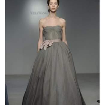 Robe de mariée bustier grise Vera Wang Printemps 2012. Ceinture à la taille et jupe bouffante.
