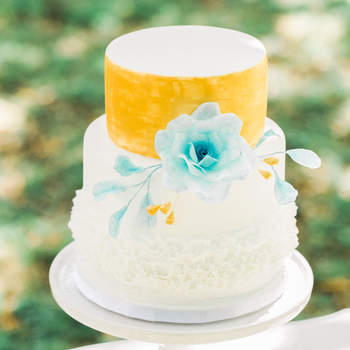 Delicado e coloridos, este bolo de casamento de 3 andares é perfeito para noivos românticos | Créditos: Bolos por Gosto
