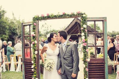 Casamento ao ar livre de Lygia e Hugo: sunset wedding colorido em um cenário lindo no Rio de Janeiro