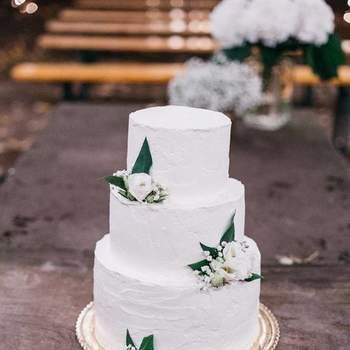 Singelos e delicados, adoramos bolos de casamento de 3 andares com flores e alusões à natureza | Créditos: Maria Bolacha