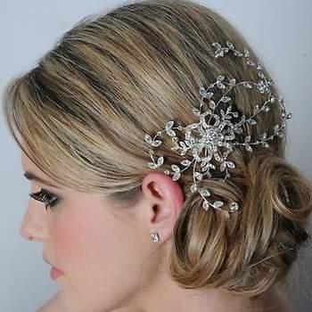 Ces feuilles en arabesque donnent une touche chic et vintage à cette coiffure de mariée. - Source : www.maritzasbridal.com