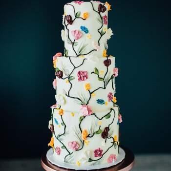Foto: @thedessertstudioutah - Pastel de bodas pintado con flores de betún