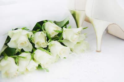 Ramos de rosas blancas para novias clásicas