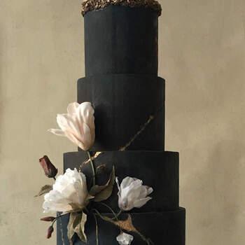 Foto: Green Wedding Shoes - Pastel de bodas negro