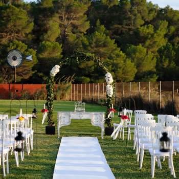 Se encuentra junto a una de las playas más bonitas de Ibiza, playa d´en Bossa. Cuenta con maravillosos jardines y lujosas instalaciones, ideales para una boda al aire libre.