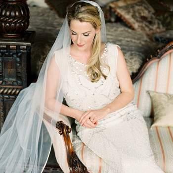 La novia eligió para su vestido vintage un largo velo.