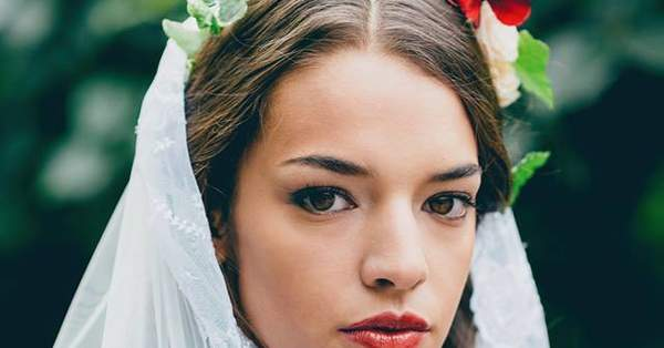8d9f6291fd02 5 modi per arricchire la tua acconciatura da sposa con i fiori freschi