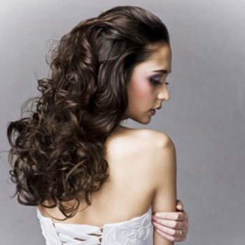 Des cheveux longs et ondulés avec le visage bien dégagé : voilà de quoi être au top pour son mariage. Crédits : noimamme.it